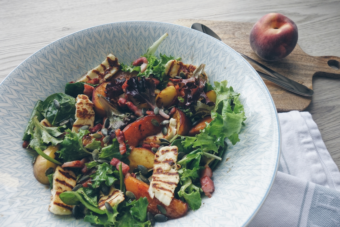 Bacon and halloumi salad